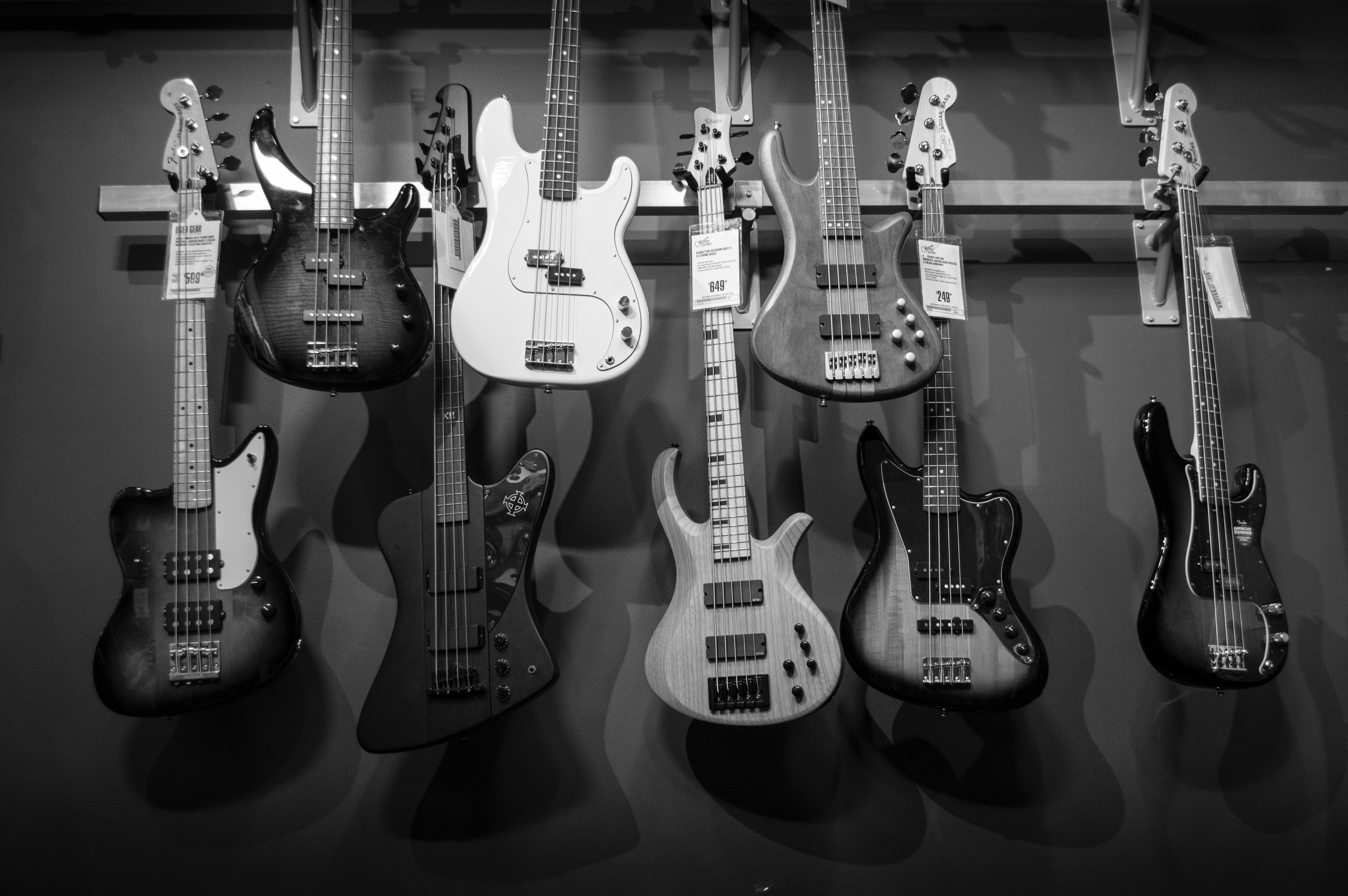 Gitarrer och elbaser